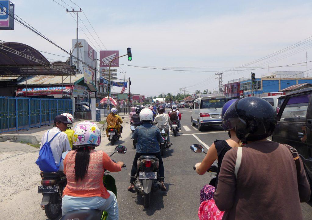 Typisch Indonesien chaotischer Verkehr mit Motorrädern